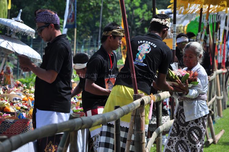 Sebagin umat yang menghadiri Upacara Tawur Agung Kesanga datang dengan membawa persembahan, setelah mendapat doa persembahan tersebut dibawa pulang setelah upacara selesai.