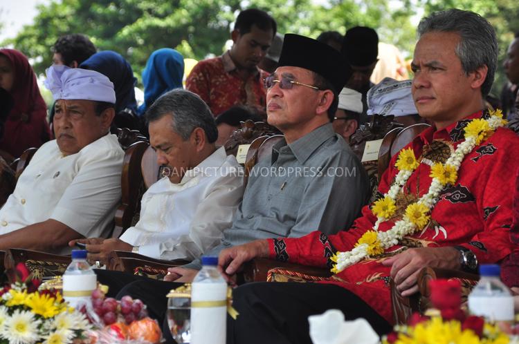 Dari arah kanan ke kiri, Gubernur Jawa Tengah Ganjar Pranowo dan Menteri Agama Republik Indonesia Suryadharma Ali menghadiri upacara Tawur Agung Kesanga di Pelataran Candi prambanan.