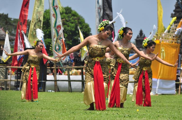 Pentas Tari Tradisional Jawa, sambutan atas kedatangan Menteri Agama Republik Indonesia Suryadharma Ali dan Gubernur Jawa Tengah Ganjar Pranowo.
