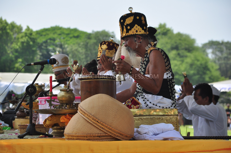 Upacara dipimpin pendeta Tri Sadhaka yakni Romo Pedande Manuaba, Romo Resi Baudanda Sajiwo Dharma Telabah Tri dan Ratu Pranda Sebali Tianyar.