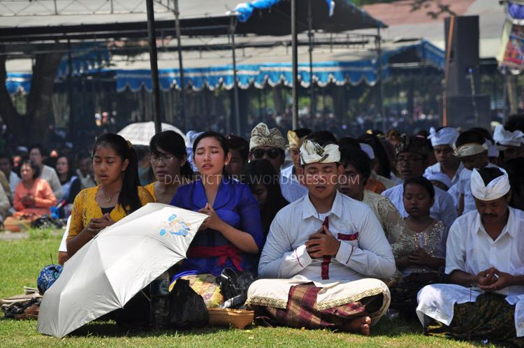 Umat Hindu tampak sangat khusu mengikuti Upacara Tawur Agung Kesanga di Pelataran Candi Prambanan.