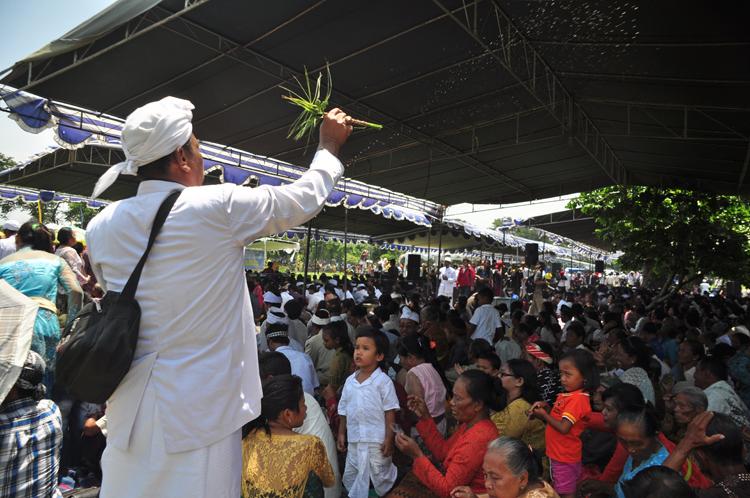 Pemberian air suci kepada umat Hindu dan tamu yang hadir dalam Upacara Tawur Agung kesanga