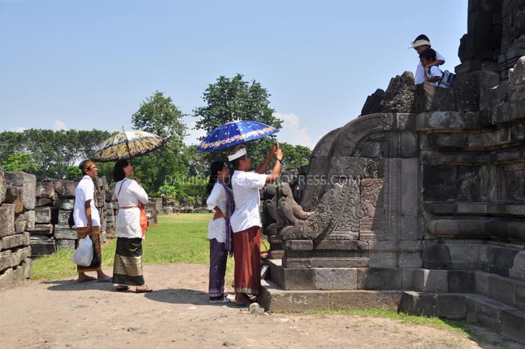Setelah selesai negikuti Upacara Tawur Agung Kesanga, sebagian besar umat beserta keluarganya jalan-jalan di sekitar Candi Prambanan, wisata religi.