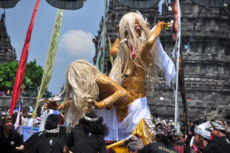 Gotong Ogoh-ogoh, Ogoh-ogoh ini malam hari sebelum Nyebi akan dibakar, simbol menghilangkan kejahatan dan keserakahan dalam diri umat.