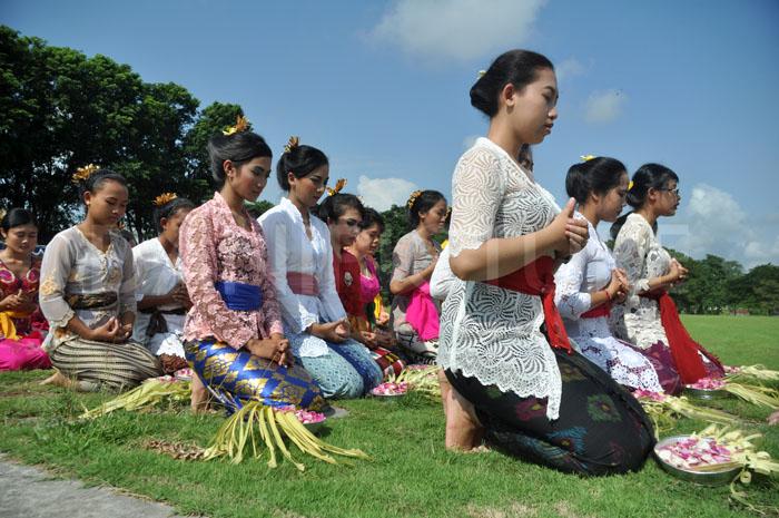 Peserta Tari Pendet berdoa bersama supaya pementasan tari berjalan dengan lancar