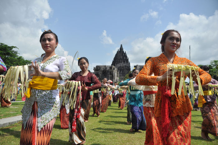 Pentas Tari Pendet masal di Candi Prambanan dilakukan oleh 250 penari yang berasal dari kalangan pelajar.