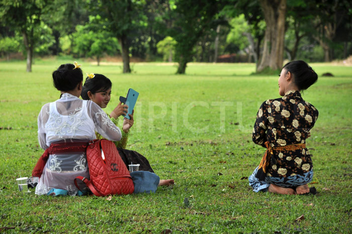 Peserta Tari sedang mengisi waktu istirahat dengan foto-foto.